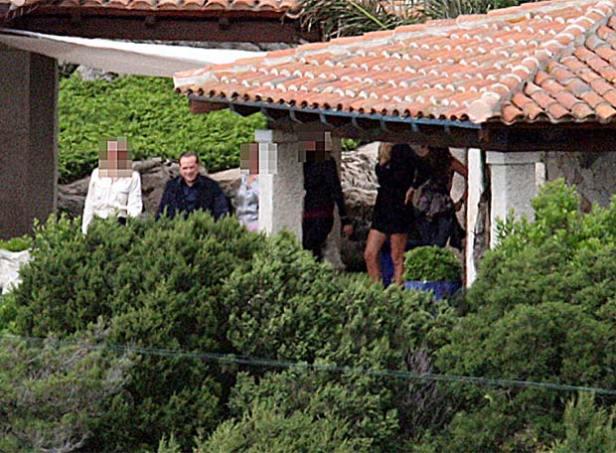 Berlusconi acompañado de varias mujeres