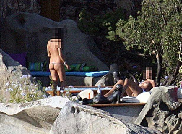 Dos mujeres tomando sol en la mansión Berlusconi